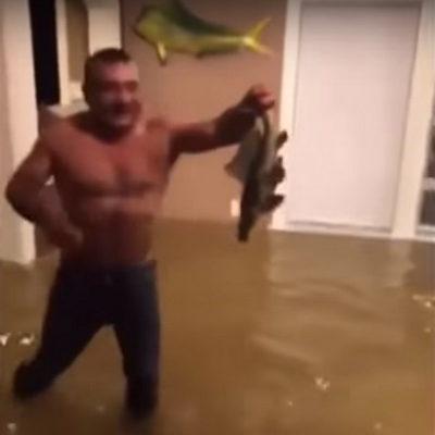 В Техасе во время урагана «Харви» мужчина голыми руками поймал рыбу в своем доме (видео)