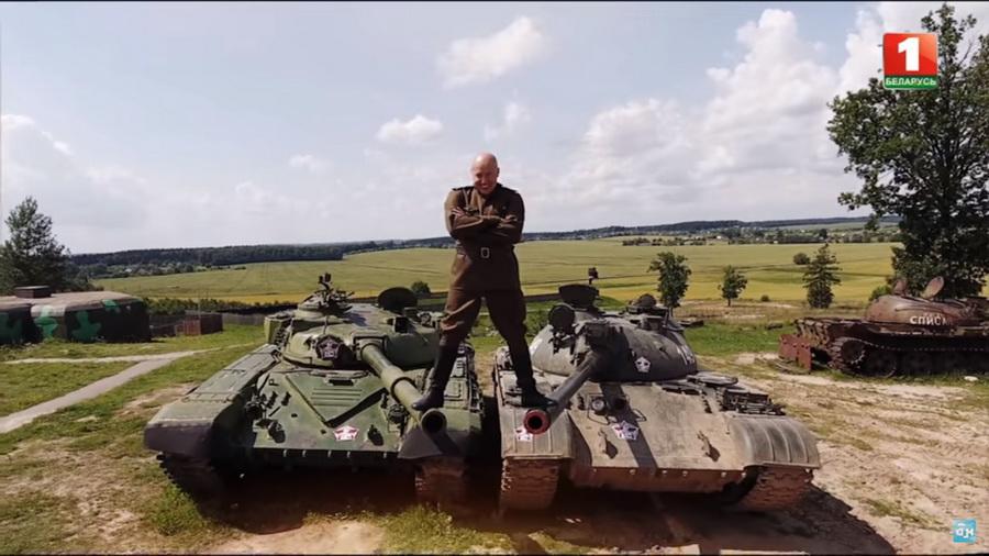 Солодуха сел на шпагат между танками (видео)