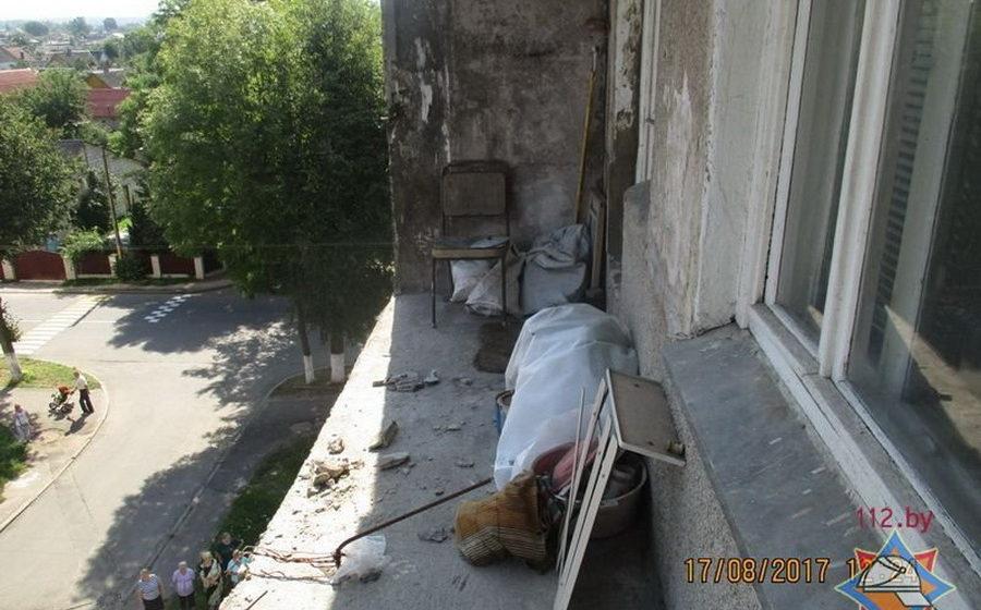 В Лиде обрушилось бетонное ограждение балкона