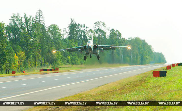 На трассу Минск-Могилев садятся военные самолеты (фото, видео)