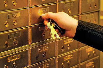 Сколько денег белорусы берут в кредит и сколько хранят на счетах в банках