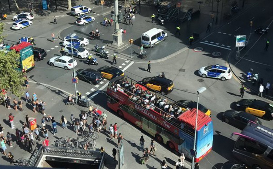 Теракт в центре Барселоны: микроавтобус въехал в толпу людей