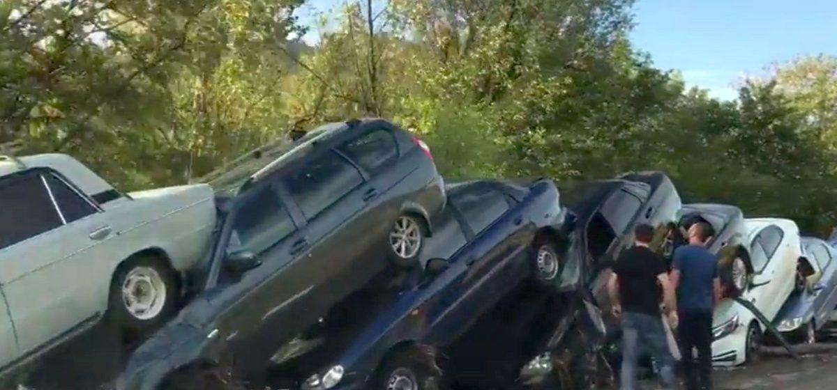 В Крыму селевой поток сложил автомобили, как домино (видео)