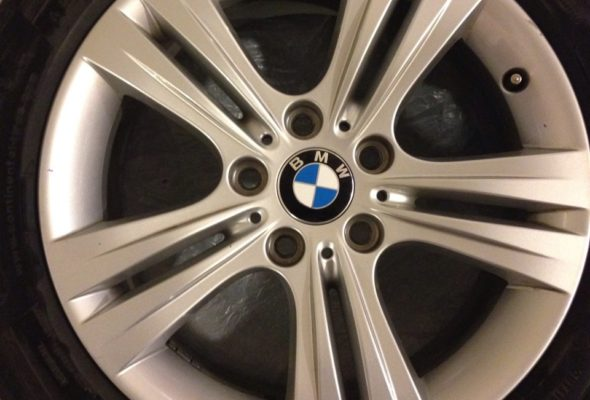В Барановичах с BMW сняли колеса