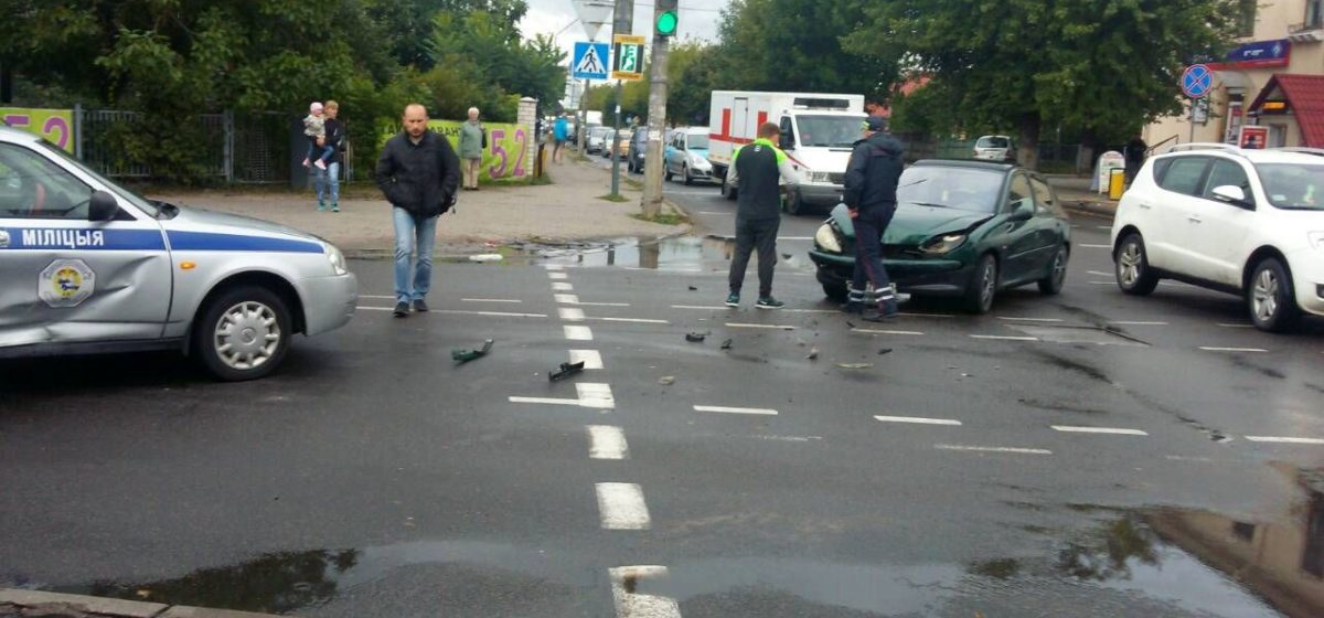 В Барановичах столкнулись автомобиль ГАИ и «Пежо» (обновлено)