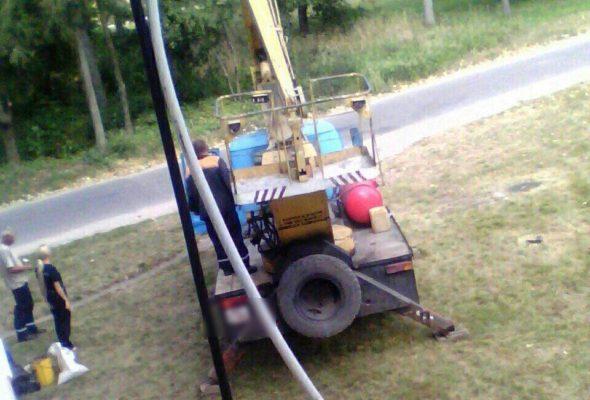 В Барановичском районе рабочий ЖКХ выпал из люльки автовышки и разбился