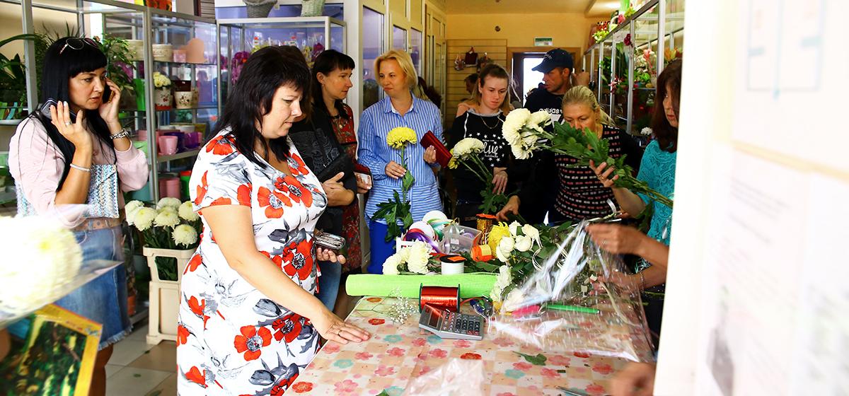 Как в Барановичах скупают цветы к 1 сентября