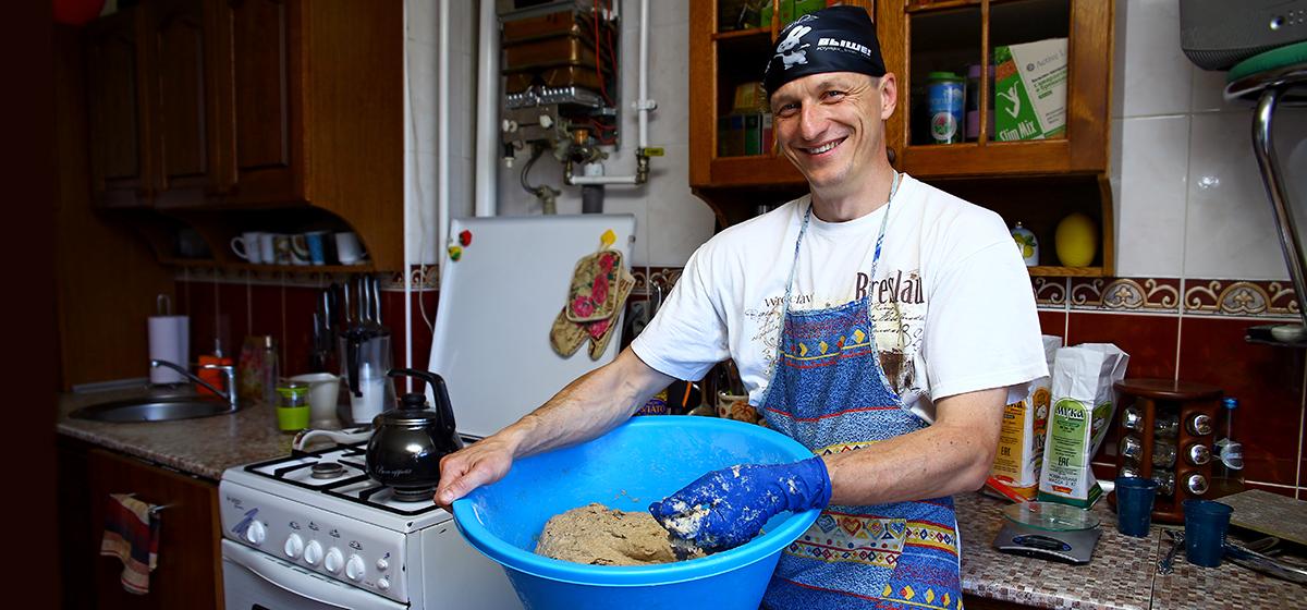 Как барановичский активист Черноус печет хлеб в русской печке