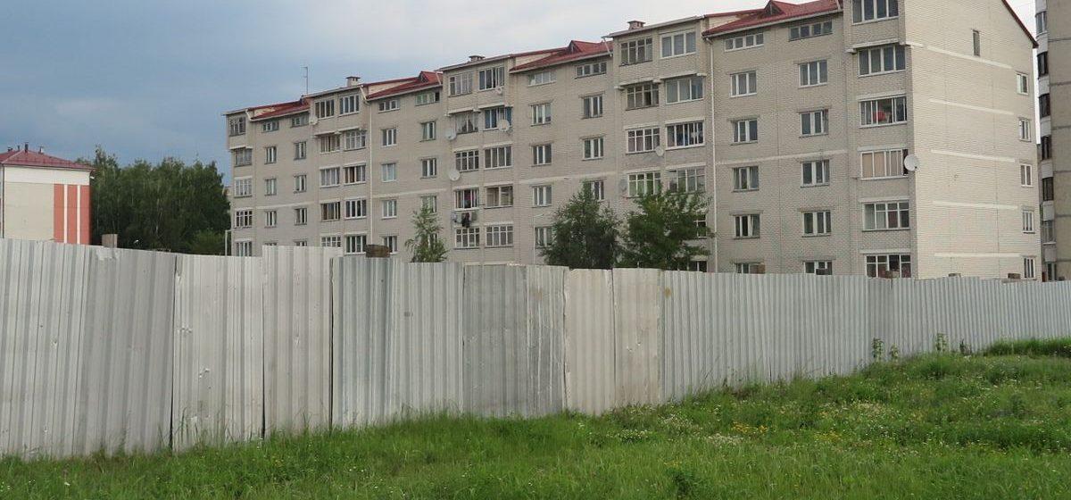 В Барановичах на стройке, где дети пострадали от взрыва баллона, установили металлическое ограждение