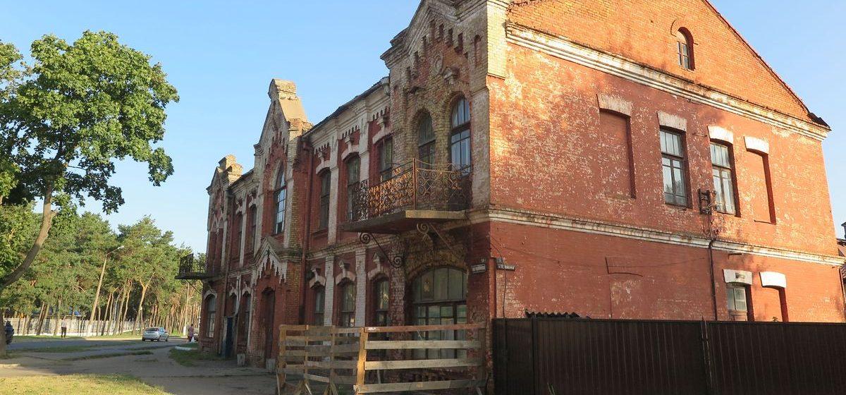 Фотофакт: В Барановичах начинает разваливаться памятник архитектуры