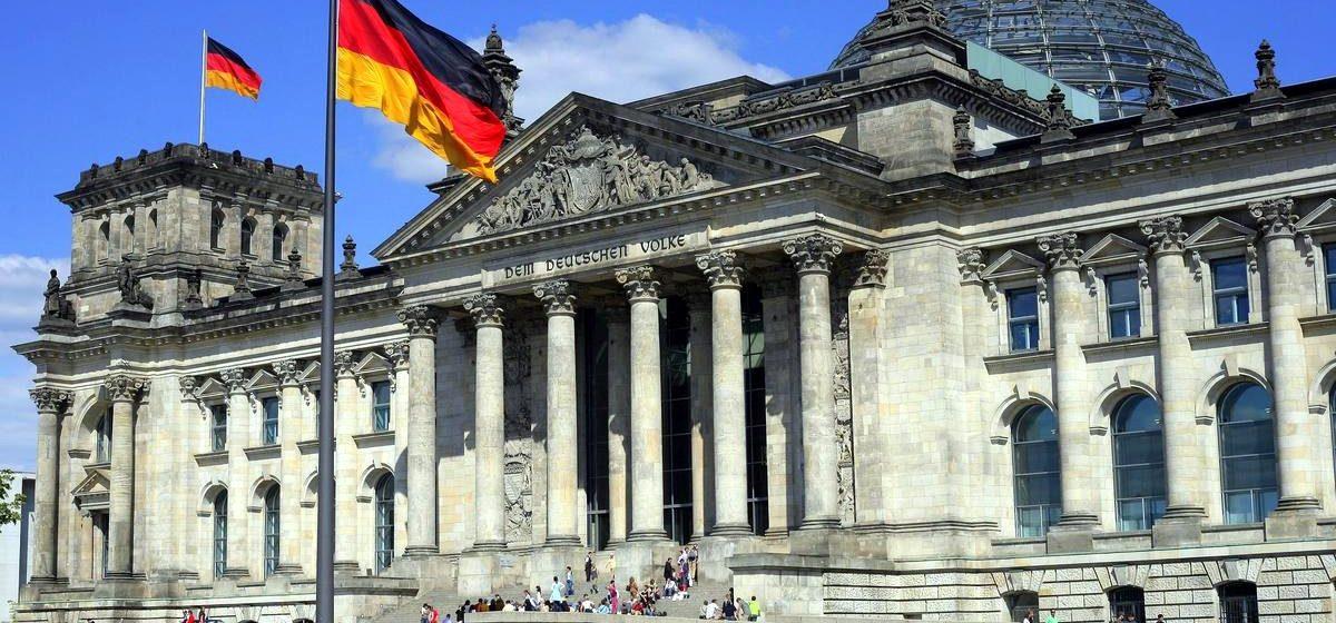 Китайских туристов оштрафовали на 500 евро за то, что они «зиганули» возле Рейхстага