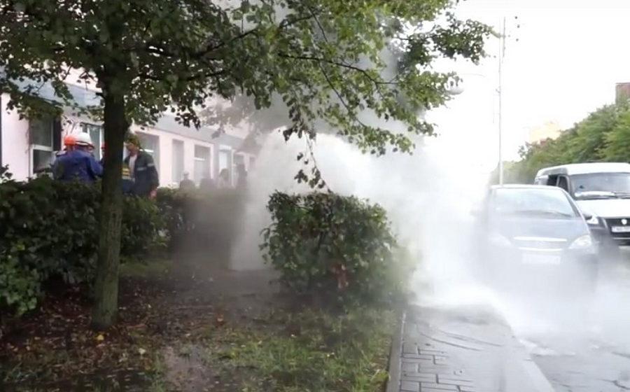 В Бобруйске на улице фонтан кипятка выбил канализационный люк (видео)