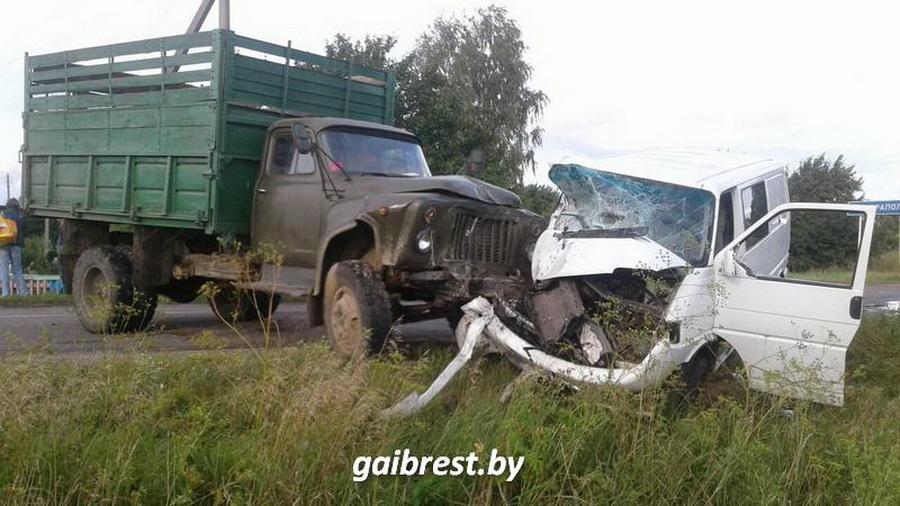В Барановичском районе лоб в лоб столкнулись микроавтобус и грузовик
