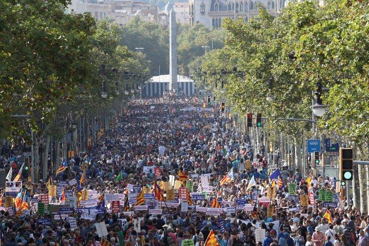 В Барселоне прошел антитеррористический марш, куда пришли полмиллиона человек