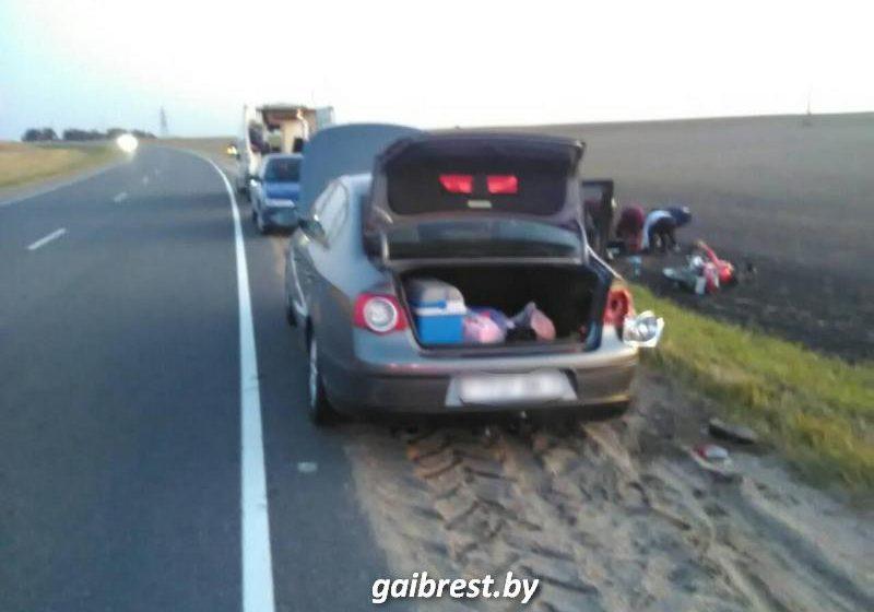 В Барановичском районе мотоциклист сбил водителя, который на дороге чинил свой автомобиль