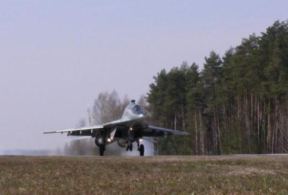 Российские боевые самолеты перебросят в Беларусь для отработки посадки на автотрассу