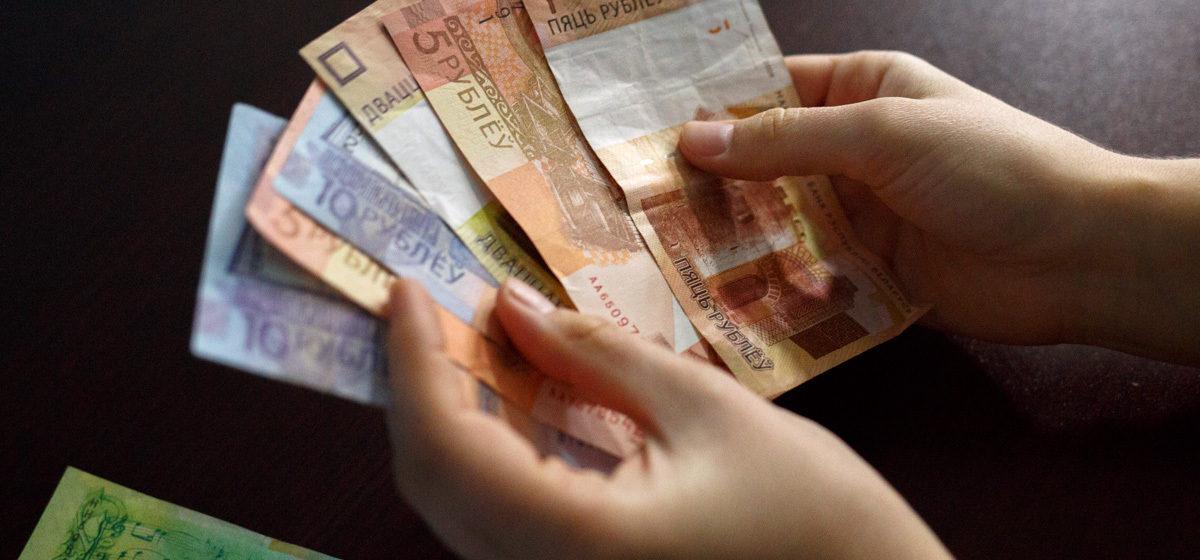 Зарплата белорусов в рублях растет, а в долларах падает