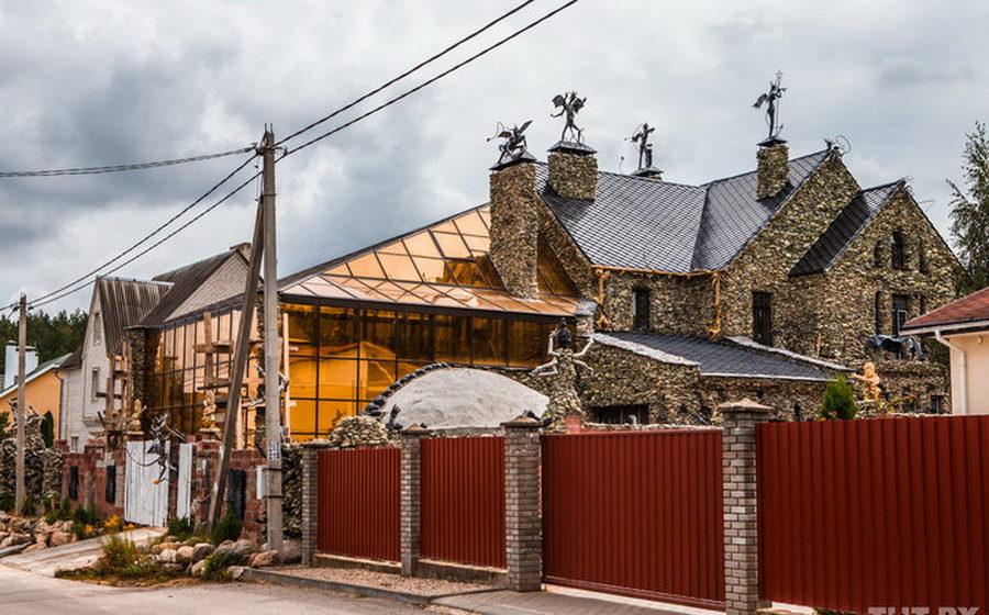 Соседи в шоке: под Минском бизнесмен построил дом с чертями