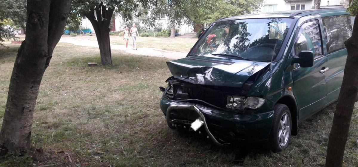 В Барановичах бесправник врезался в Mercedes, а потом влетел в подъезд жилого дома