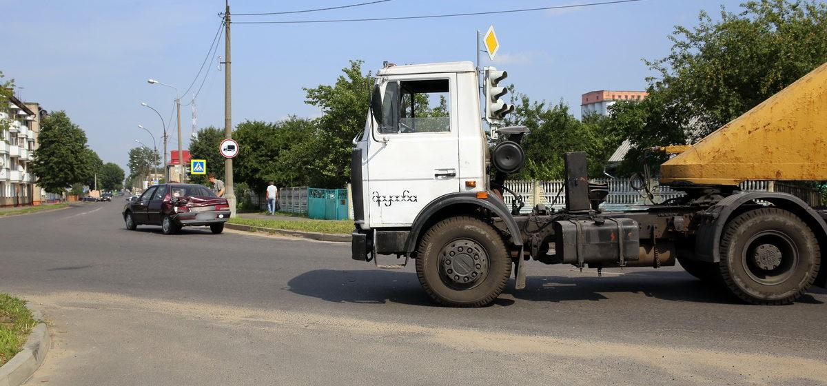 В Барановичах на улице Брестской грузовик въехал в Peugeot