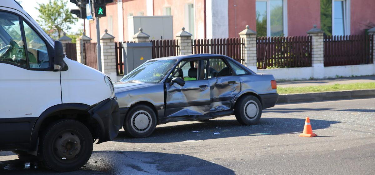 В Барановичах на перекрестке улиц Чернышевского и Куйбышева произошло ДТП. Водителя «Ауди»  увезла скорая помощь