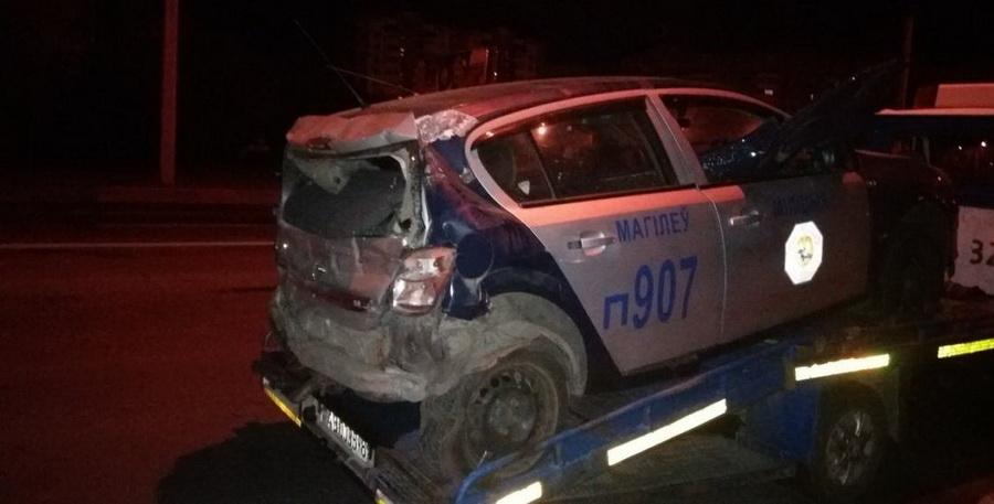 В Могилеве фура с полуприцепом врезалась в машину ГАИ