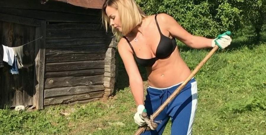 Бывшая участница группы «Топлесс» Анастасия Косенкова разделась и косила траву (видео)
