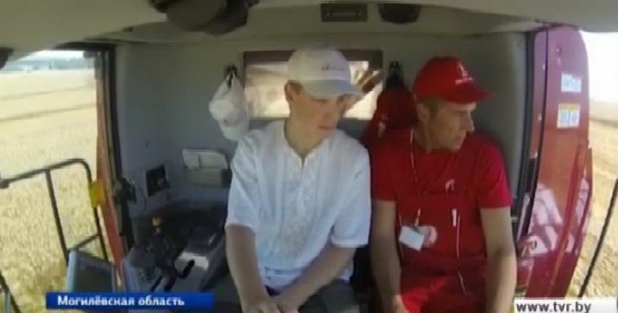 Николай Лукашенко на комбайне намолотил пять тонн зерна