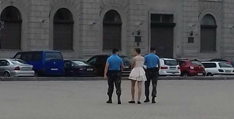 В Минске на Октябрьской площади задержали парня в платье (фото)