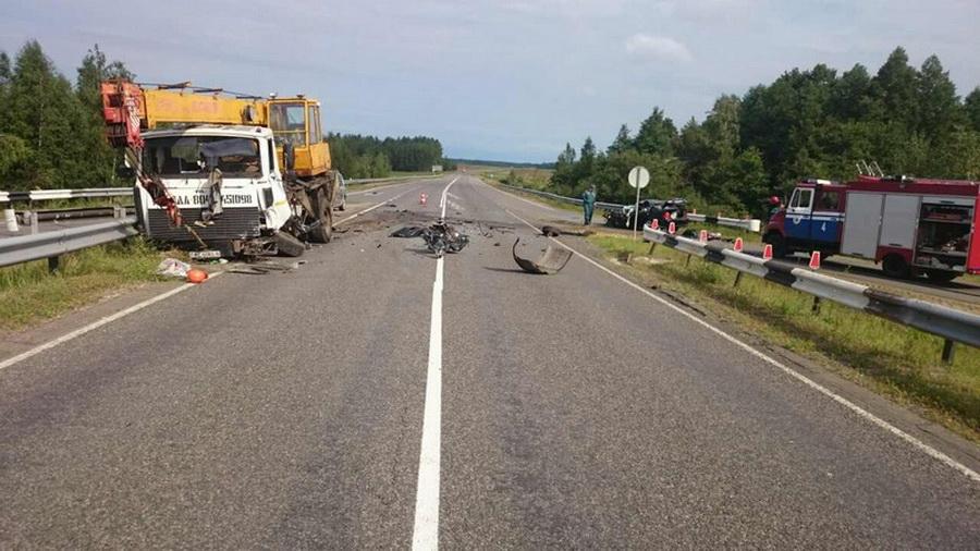 Страшное ДТП в Бобруйске: легковушка столкнулась с автокраном МАЗ, погиб один человек