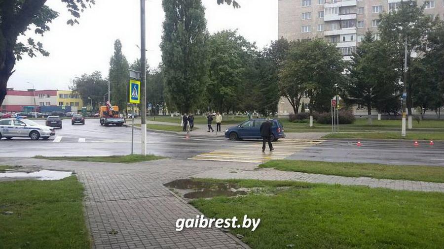 В Пинске на пешеходном переходе легковушка сбила бабушку и внучку