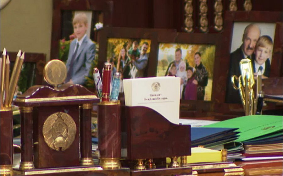 Фотофакт. На рабочем столе в кабинете Лукашенко во Дворце Независимости стоит несколько семейных фотографий
