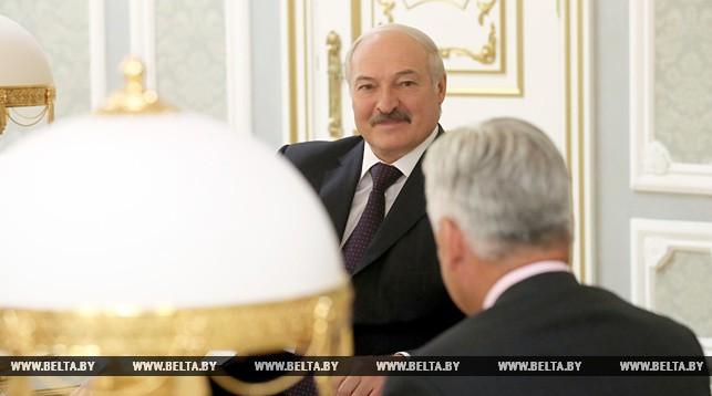 Лукашенко пообещал научить британского министра играть в хоккей