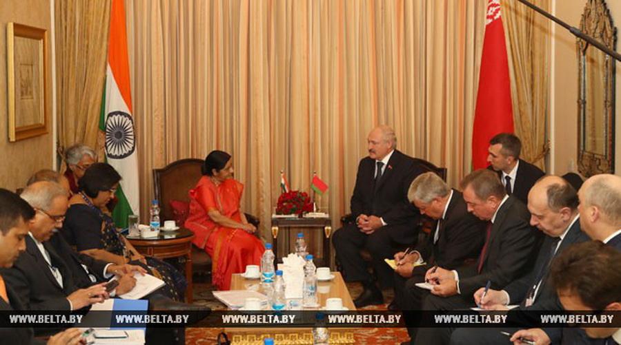 Фотофакт. На встрече Лукашенко с главой МИД Индии белорусы сидели с блокнотами, а индийцы — со смартфонами