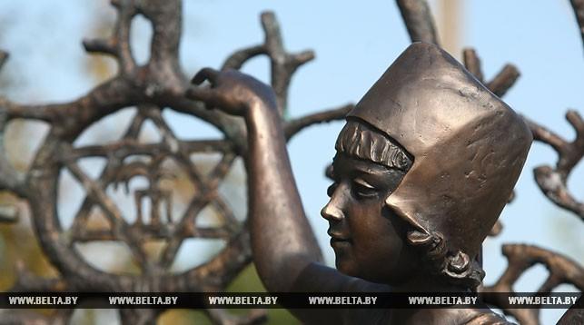 В Новогрудке открыли памятный знак в годовщину массового побега из гетто. Среди спасшихся были предки зятя Трампа