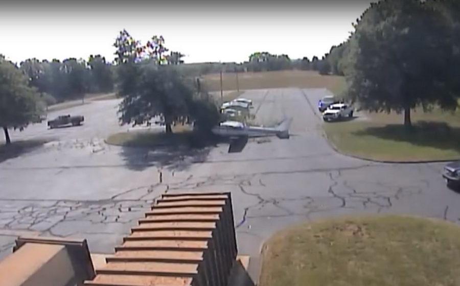 В США легкомоторный самолет врезался в дерево и рухнул на автомобильную стоянку (видео)