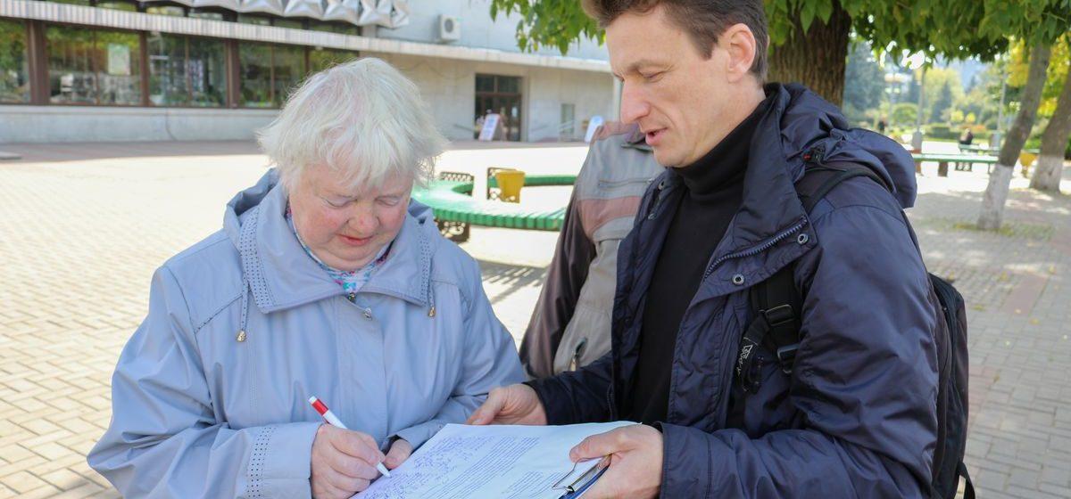 Барановичский активист Черноус собирает подписи с требованием ремонта тротуаров и дорог