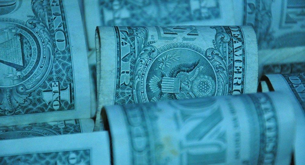 В Молодечно женщина забыла на скамейке 14500 долларов, нашли их в мусорке