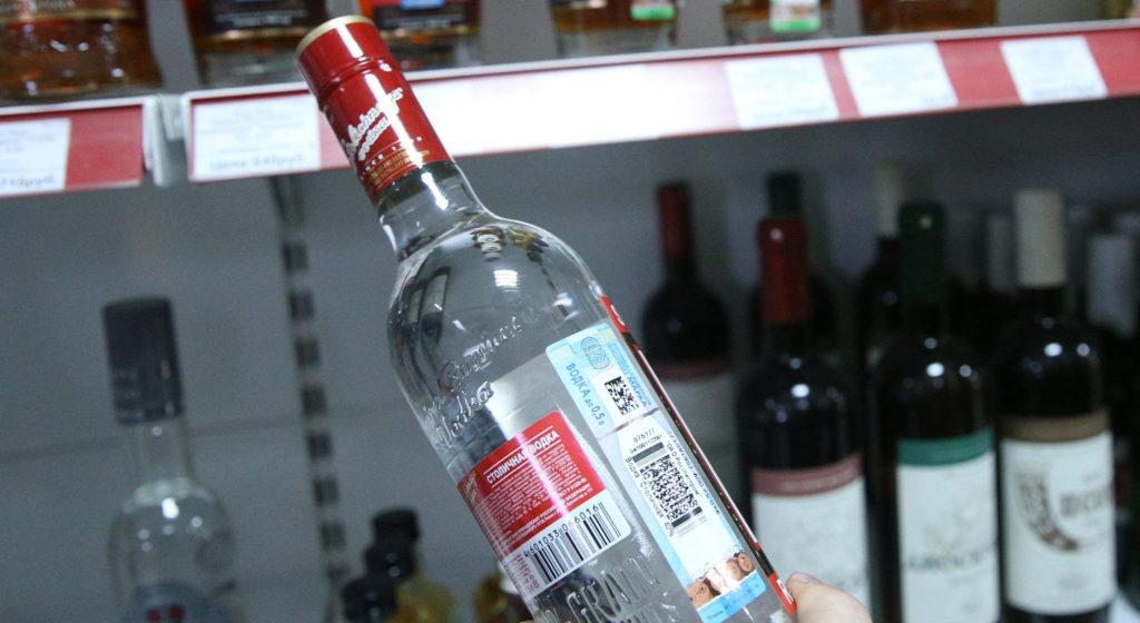 В Барановичах мужчина украл с прилавка две бутылки водки