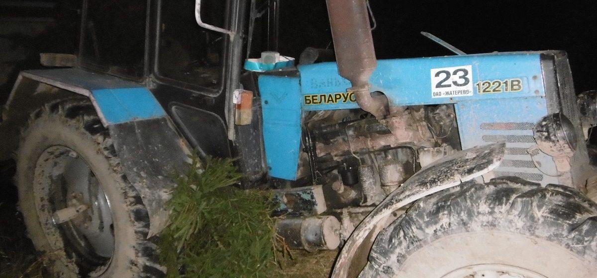 Под Столбцами пассажир выпал из кабины трактора и погиб под его прицепом