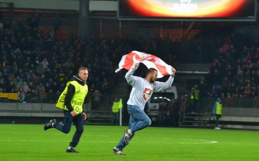 БАТЭ оштрафовали на пять тысяч евро за болельщика, который с национальным флагом выбежал на поле
