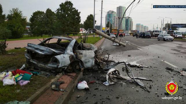 В Минске Mitsubishi врезался в столб и сгорел. Водитель скончался