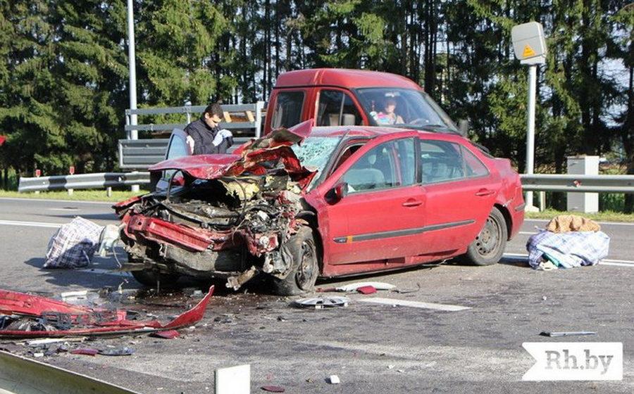 Под Молодечно лоб в лоб столкнулись Renault и Mercedes, погибли два человека