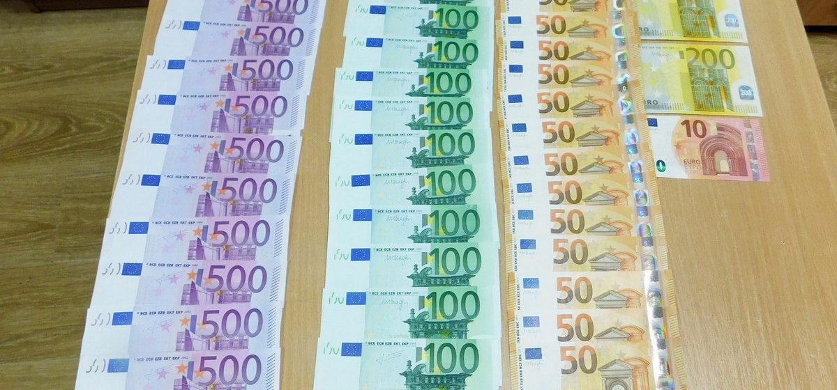 У белоруски, возвращавшейся из Германии, таможенники нашли большую сумму незадекларированной валюты. Деньги изъяли