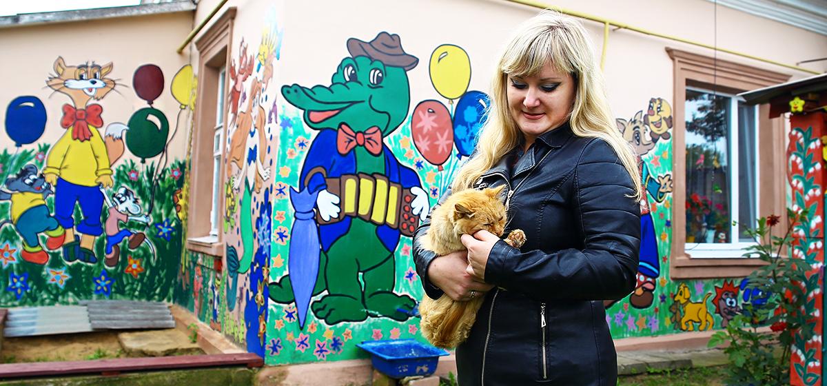 Жительница Барановичей разрисовала стены своего дома мультяшными героями
