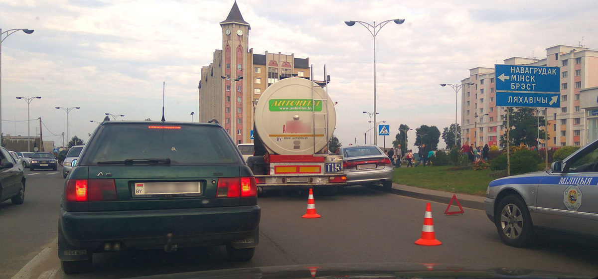 Фотофакт. В Барановичах молоковоз вытеснил иномарку на тротуар
