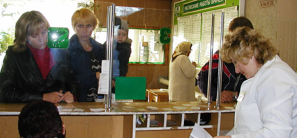 В Барановичской центральной поликлинике пациенты больше часа не могли получить талон или записаться на прием