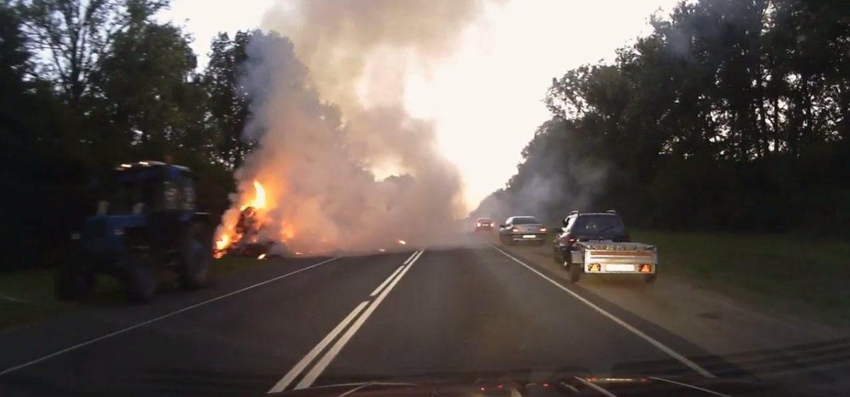 В Барановичах во время движения трактора загорелось сено в прицепе (видео)