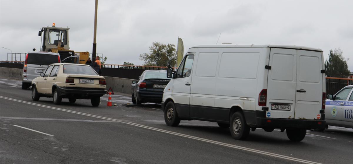 Сломанный погрузчик стал причиной ДТП на путепроводе у Полесского вокзала