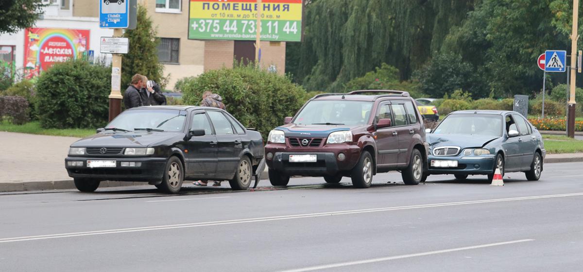 В Барановичах на улице Баранова в ДТП повреждено пять машин